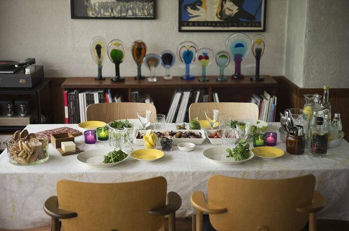 ポイントはテーブルクロスのカラーに、食器を合わせること。ホワイトを基調に、テーブルクロスにほのかに散りばめられた、イエローとグリーンをポイントにコーディネートしてみましょう。色を使い過ぎずに、テーブルクロスの色に絞ります。