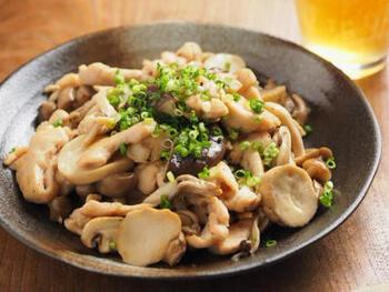 鶏肉を細切りにして、きのこと食べやすく炒めます。日本酒と塩で味付けしたシンプルなきのこ炒めです。ご飯のおかずにはもちろんのこと、ビールが進むおつまみとしてもおすすめです。
