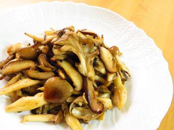 オリーブオイルとにんにくでソテーするのは、きのこのベーシックな調理法です。どの種類のきのこにも合う味わいなので、まずは覚えておきたいレシピです。