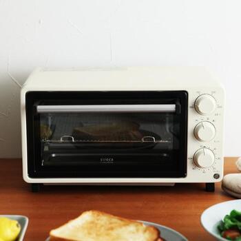 ご家庭のオーブンレンジ、活用していますか? レンジ機能は使うけれど、オーブン機能はほとんど使わないという方も多いかもしれませんね。入れて焼くだけのオーブンも、ほったらかしOKの調理家電です。使わないのはもったいないですよ。 こちらのミニノンフライオーブンは、従来のオーブン機能に加え、油を使わず揚げ物ができるノンフライ機能が搭載されたすぐれもの。コンパクトサイズなので、買い足しにも◎。