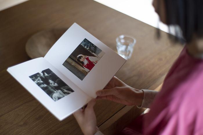 「いつでもそばに置いておける世界で1冊だけの本を作りたい」という想いから生まれたBON。パソコンやスマートフォンで写真を編集し、注文するだけで上質な写真集が手元に届きます。図書印刷が提供しているサービスなので、印刷や製本技術の信頼性は言うまでもありません。長く見返すことができるよう細部までとことんこだわった写真集は、他のフォトブックサービスとは一線を画す重厚感のある仕上がりとなっています。