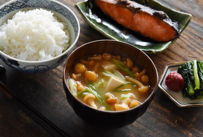 和食では、ごはんにお味噌汁はつきものですが、実は栄養バランスの上でも好相性な組み合わせです。ごはんはアミノ酸(タンパク質)を含みますが、タンパク源だけを比較するとやはり肉や魚に劣ります。ごはんに足りないアミノ酸の「リジン」は、肉や魚以外では大豆に多く含まれていますので、味噌汁以外にも、お豆腐や納豆と食べ合わせる事でアミノ酸のバランスがアップします。