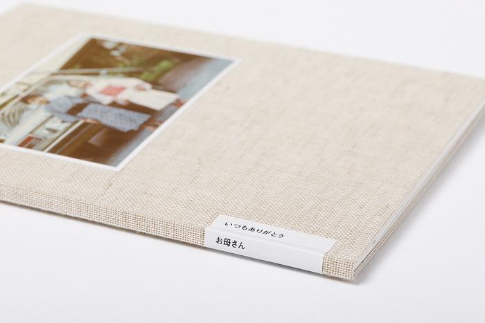 しっかりとしたつくりのBONは贈り物にもピッタリ。こちらは母の日のプレゼントとして作った、家族の思い出をまとめた写真集です。タイトルにさりげなくメッセージが添えられています。