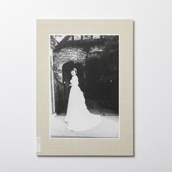 結婚式の思い出を集めた写真集。シンプルかつ重厚感のあるつくりなので、フォトフレーム代わりに飾っておいても様になるのがBONならではのポイントです。
