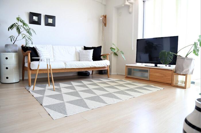 ローテーブルやラグなどを使って、お部屋の重心をやや低めに設定してみましょう。テーブルとチェアのダイニングセットなどもペンダントライトを低めに吊るすと、重心が低く見え、落ち着きのあるテイストを演出することができます。