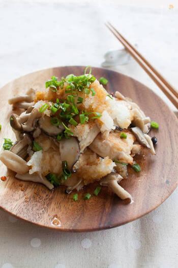 そぎ切りにした鶏肉は酒をもみこむことで、やわらかくしっとりと仕上がります。小麦粉をまぶしておけば、鶏肉の旨みを逃しません。
