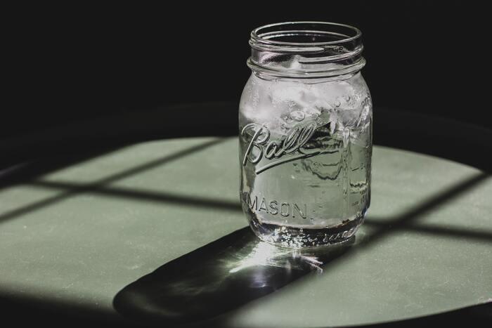 暑い外から帰ってきたら、一気に冷たい水や麦茶をガブ飲みしてしまう方は多いのではないでしょうか。確かに夏バテ対策に水分補給は大切ですが、冷たい水をたくさん飲んでしまうのはNG。胃腸がよく働く温度は36度なので、冷たい水が一気にイに入ってくると胃腸の負担が大きくなってしまいますし、水を一度にたくさん飲むと遺産が弱まって消化不良を起こしかねないのです。
