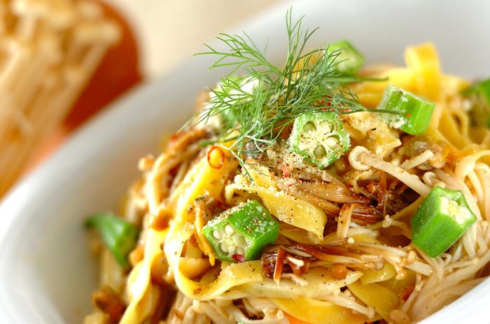 海老とアサリのペペロンチーノにきのことオクラで食感と旨みをプラス。様々なかたちの食材を使っているので、見た目にも楽しいパスタの出来上がりです。