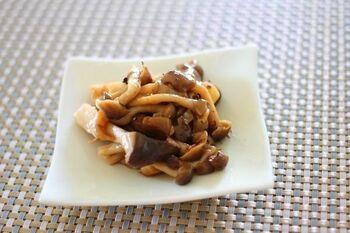 いろいろな種類のきのこを集めて作るバルサミコ炒め。醤油とバルサミコのさっぱりとした味わいは、箸休めにもぴったり。きのこは火を通しすぎないようにするのがポイントです。