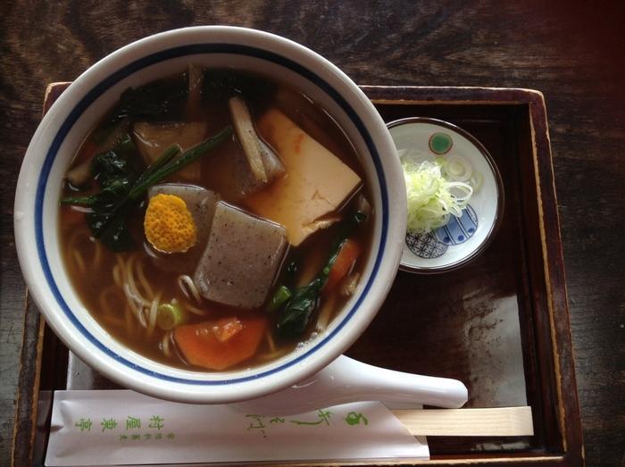 茨城県では昔から日常食として食べられていたと言う「けんちん蕎麦」。その名の通り、けんちん汁の中に蕎麦が入ったもので、身体があたたまる一品です。