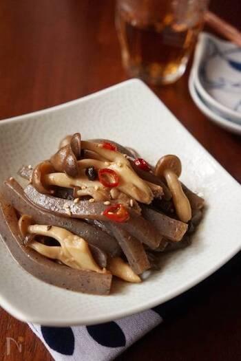 めんつゆで味を調えるのでとても簡単にできるピリ辛炒めです。こんにゃくはきのこの長さと揃えてカットすると、美しいですね。輪切り唐辛子は入れすぎないように気を付けましょう。