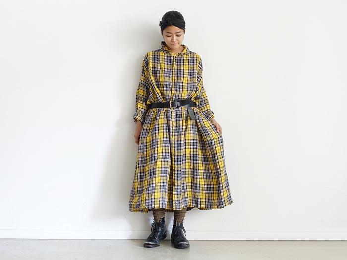 一枚でワンピースとして着るときは、ベルトでウエストマークするだけでも雰囲気が変わります。ウエストを絞ることでスタイリッシュな印象に。