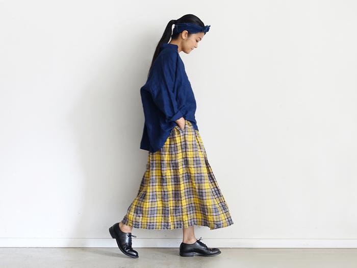 絶妙なボリュームと丈感で「どんなスタイルにも合う」と評判のギャザースカート。スカートでタータンチェックといえばウールのキルトスカートが定番ですが、これならウエストゴムで気軽にはきやすく、そして暑い時季から取り入れられます。 トップスは無地を選んでシンプルにまとめると、スカートの柄がより生きてコーデのポイントに。