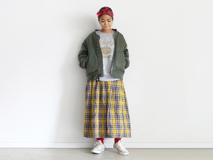 オーバーサイズのボンバージャケットとスウェットを合わせてカジュアルに着崩しても、ちゃんと女性らしさを感じる好バランス。一見、難しそうなコーディネートも不思議と馴染むので、手持ちの服をいろいろ試してみれば新鮮な着こなしと出合えるかもしれませんね。