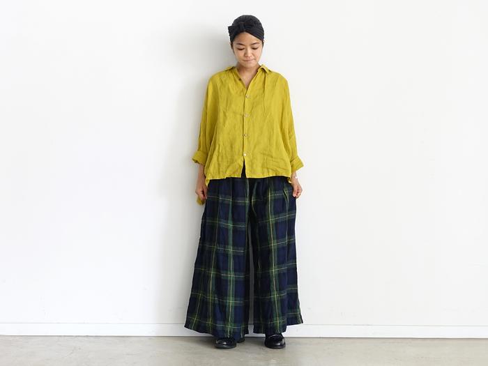 裾幅たっぷりのワイドなイージーパンツもラインナップされています。ウエスト部分にギャザーを入れて出したボリューム感と、裾に向かって少し広がったシルエットは、一見ロングスカートのよう。ストンとした落ち感もきれいです。ゆったりとしたはき心地は、暑い時季でも快適で、すぐにでも欲しいアイテム。