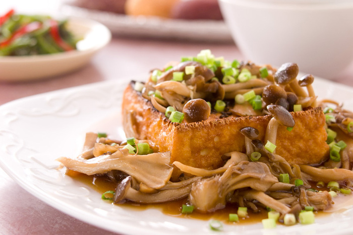 厚揚げをグリルでパリっと焼き上げて、きのこのソースをたっぷりとかけていただきます。きのこソースのレシピを覚えておけば豆腐や蒸し野菜などいろいろなものにかけて使えます。