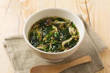 市販のわかめスープにひと手間くわえることで、ぐっと美味しく栄養価も高いスープが出来上がります。生姜ときのこで体も温まります。