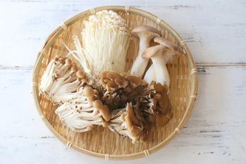 食物繊維が豊富で、カロリーが低く、ヘルシーな食材としても注目を集めるきのこは、秋が旬のお野菜です。煮たり、焼いたり、様々な調理法でいただくことができます。