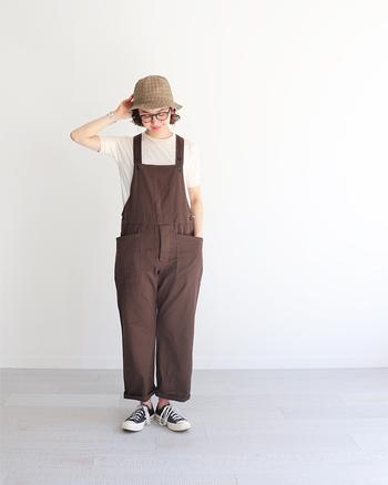 1年を通して使えるシンプルな白T。存在感のある茶色のサロペットと合わせれば良いサポーターにもなってくれます。サロペットとTシャツの組み合わせはおしゃれで参考にしたいですね。