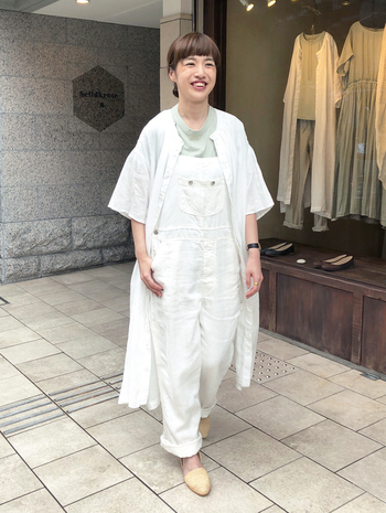 白いサロペットに白いシャツ、そこからちらっと見えるミント色のTシャツがアクセントになってさわやかなコーデ。カラーTシャツはちらっと覗かせることで、コーデのポイントになりますよ。