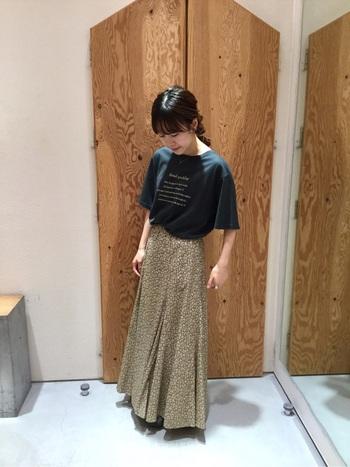 ロゴTはスポーティーな印象になりがちですが、ロゴが刺繍されているTシャツなら女性らしい印象に。小花柄のロングスカートが秋らしさを演出してくれています。