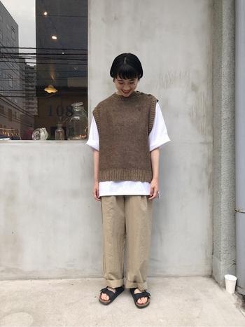 リネンベストは、季節の変わり目にぴったりのアイテム。夏はTシャツに重ねて着ればいつもと違った印象にできます。バランスをとって、大きめサイズのTシャツと合わせましょう。