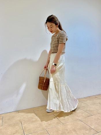 Tシャツ+ロングスカートのコーデは、シンプルになりすぎず女性らしくおしゃれな印象にしてくれます。白いスカートならさわやかに着こなせますね。