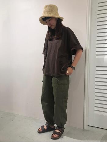 袖が長めのブラウンTシャツなら、夏の終わりから秋まで長く楽しめます。ブラウンとカーキで少し重めな印象になるので、麦わら帽子とサンダルで軽さをプラスして。