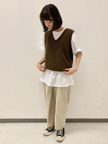 Vネックが女性らしい印象のベストを主役にしたコーデ。Tシャツ+パンツのワンツーコーデだと物足りないと思う方は、ぜひベストをプラスしてみてくださいね。