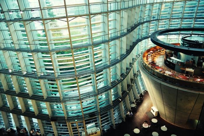 手掛けたのは、日本を代表する建築家・黒川紀章氏(くろかわ きしょう)。内部をのぞくとちょっと近未来的なイメージですが、窓からの豊かな緑と温かな木漏れ日によって、とても居心地の良い空間になっています。