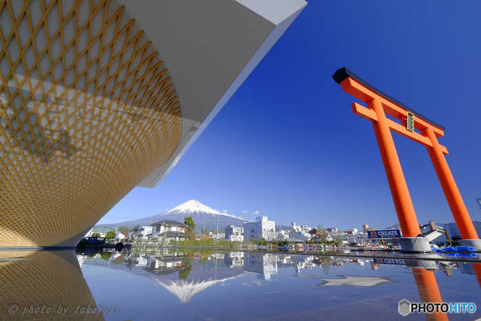 そしてアングルをずらすと、そこには富士山と大鳥居の見事な絶景!建物の東側に水深3センチの水盤があり、水面に本物の逆さ富士が映るというちょっと粋な遊び心も隠されています。