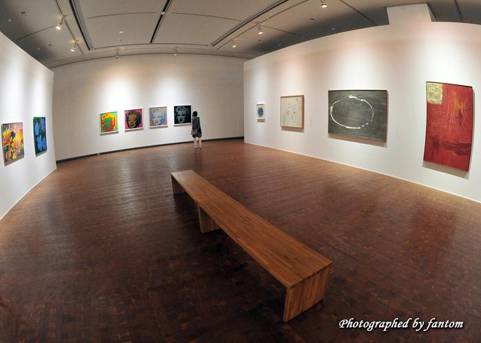 ここは完全地下型という、世界的にめずらしい美術館でもあります。国内外の現代美術を中心とした作品約8,000点の収蔵のほか、「クリムト」「ボルタンスキー」「ジャコメッティ」といった特別展も人気です。