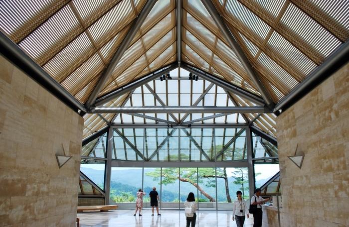 信楽の美しい山々に囲まれた美術館。手掛けたのは、フランス・ルーブル美術館のガラスのピラミッドで有名なI.M.ペイ氏です。世界的な巨匠の作品を国内で見られるとあって、建物目当てに全国から大勢の人が集います。