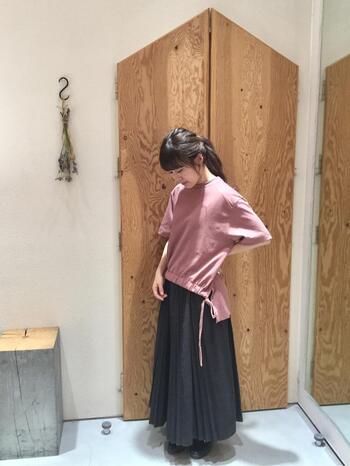 カジュアルな印象のTシャツですが、ロングスカートと合わせることで上品なコーデに。さらにピンクのTシャツを合わせれば、女性らしさもプラスできますよ。