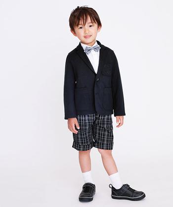 卒園式や卒業式も、制服がない場合はフォーマルなお洋服を用意しておく必要があります。ネイビーやブラックなど、落ち着いたカラーをベースにした、シンプルなデザインのスーツやワンピースなどがおすすめです。