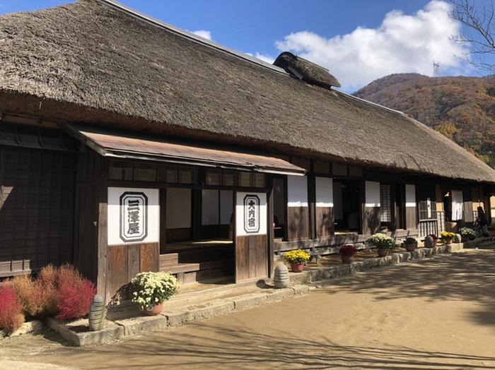 福島県南会津の「大内宿(おおうちじゅく)」は、国の重要伝統的建造物群保存地区に指定されています。江戸時代へタイムスリップしたかのような体験ができ、観光地として人気です。そんな大内宿の「三澤屋」で、ねぎ蕎麦を頂くことができます。