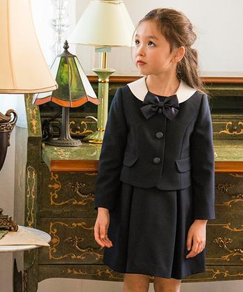 近年女の子に人気の和装(袴)は、学校によってはNGである場合もあるよう。規定や動きやすさなどに合わせて、選ぶと良いでしょう。  厳かな雰囲気のなか、学び舎から旅立つ卒園・卒業式。他のセレモニーに比べて、ベーシック、落ち着いた印象を意識して選ぶと◎