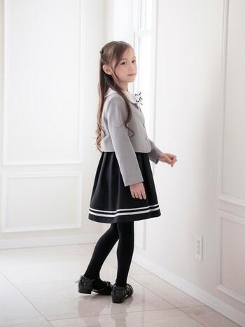 女の子の入学式スタイルは、バリエーション豊富。ジャケットにスカートを合わせた制服風のスーツセットのほか、ワンピースにボレロを合わせたエレガントなタイプも人気です。