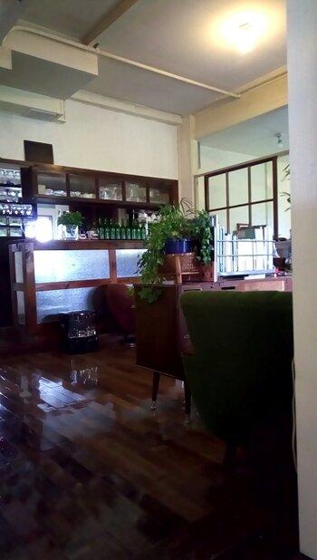 店内はそれぞれ違ったソファやテーブルが置かれ、くつろげる雰囲気。席によっては小さな個室のようになっていて、つい長居してしまいそうです。