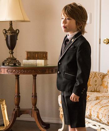 男の子のスーツセットで人気なのが、ハーフパンツ。お子さんの身長が伸びてもお直しの必要がなく便利。ソックスの長さで肌が見える範囲を調節すれば、長く愛用することができますよ。