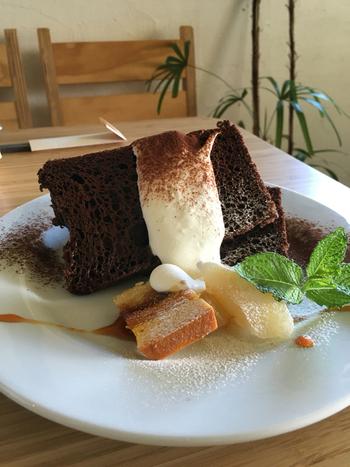 ここのおすすめは日替わりデザート。写真のチョコレートシフォンケーキはボリューム満点!生クリームとの相性は言うまでもなくばっちりです♪他にもカボチャのチーズケーキや、ラズベリーとホワイトチョコのケーキなど種類豊富です。色々な種類のケーキを食べに、また訪れたくなりますね。
