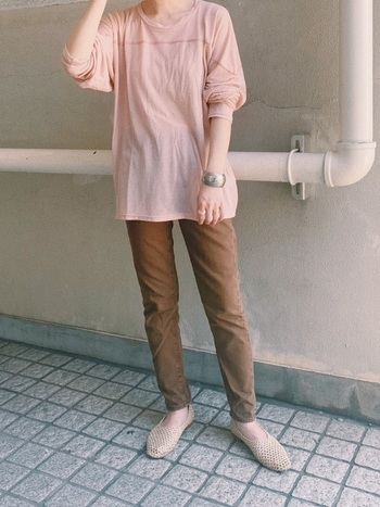 くすみピンクと茶色は相性◎!女性らしくやわらかいイメージになります。Tシャツに細パンツを合わせたシンプルなコーデですが、色合わせがかわいいのでおしゃれな印象に。