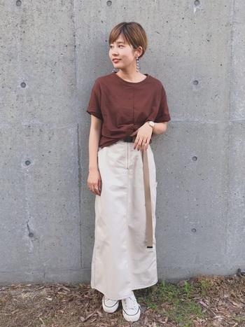 ブラウンは秋をイメージさせる色。Tシャツの色をブラウンにするだけで、一気に秋らしくなります。大きめイヤリングがシンプルコーデに映えていてすてきです。