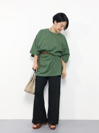カーキのビッグTシャツをベルトマークして大人っぽく。ボトムスにニットパンツを合わせれば、秋らしいコーデになります。Tシャツの袖が長めなので秋にちょうどいいサイズ感です。