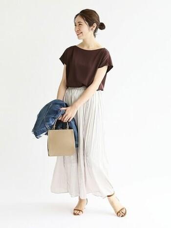 首回りが大きめに開いたTシャツなら、きれいめな印象になります。女性らしいスカートと合わせれば、オフィスコーデにも使えそう。