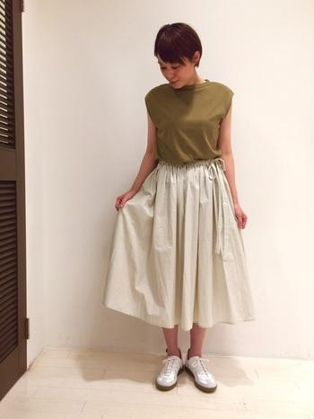 カーキも秋を感じる色のひとつ。フェミニンなスカートと合わせてきれいめに着てもかわいいですよ。