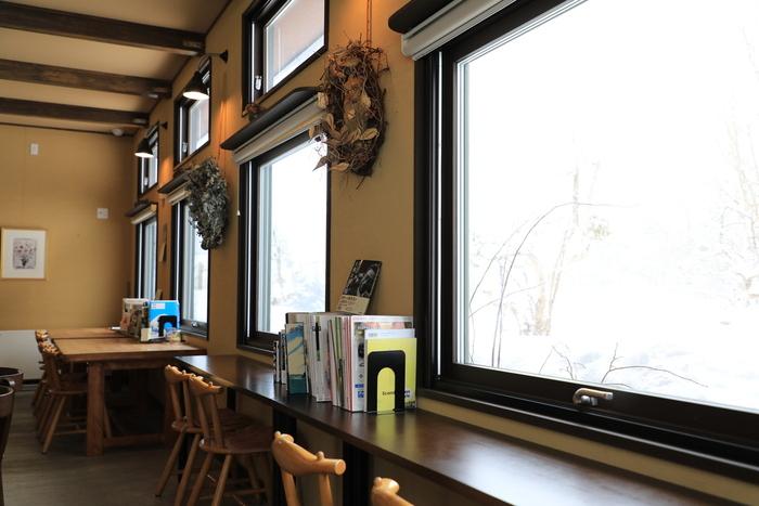 店内は木のぬくもり溢れる空間。自然豊かな景色を眺めながらのカフェタイムは、日頃の疲れや悩みを忘れさせてくれますね。
