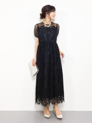 定番ではあるものの、結婚式のお呼ばれには「暗すぎるので避けるべき」とも言われる黒。小物で明るい色をプラスして、透け感のある素材で軽やかさを意識しましょう。