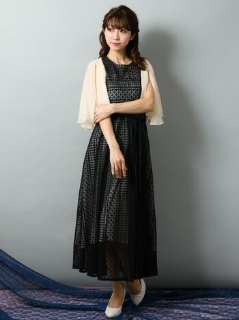 袖のなしドレスの羽織に使えるボレロ。結婚式のお呼ばれには少し暗いかも?という色のドレスの挿し色にもなる、明るめのカラーが便利です。