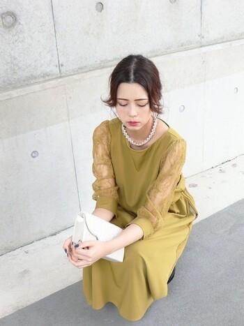 袖なしのドレスはちょっぴり露出しすぎ?でも普通の長袖はなんだか垢抜けない?なんていう場合には、レースなど透け感のある袖が◎。シンプルなドレスでも、袖に透け感があれば華やかです。